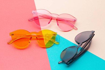 Photo pour Lunettes de soleil transparentes colorées à la mode. Concept de mode urbaine - image libre de droit
