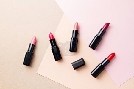 Photo pour Collection de divers maquillages de rouge à lèvres. Maquettiste, salon de beauté, concept de blogue - image libre de droit