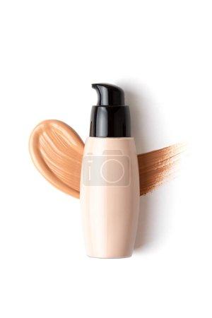 Photo pour Mockup with make up face foundation bottle and smudged drop of concealer over the white background. Maquettiste, salon de beauté, concept de blogue - image libre de droit