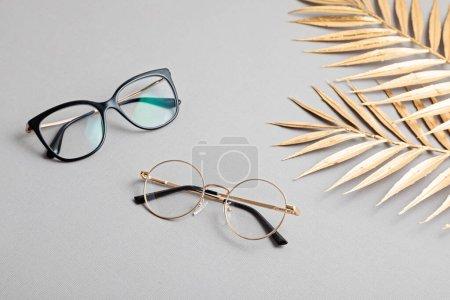 Lunettes élégantes sur fond pastel. Magasin d'optique, sélection de lunettes, test oculaire, examen de la vision chez opticien, concept d'accessoires de mode. Vue de dessus, plan plat