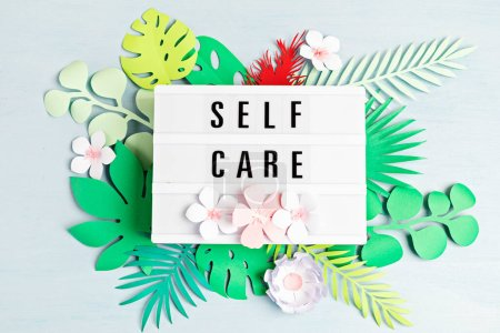 Caja de luz con palabras de motivación para el autocuidado, pensamiento positivo, salud mental, bienestar emocional. Vista superior .