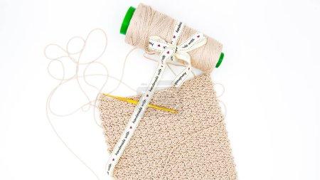 Photo pour Fait à la main avec amour - tricot fait à la main - crochet avec fil rose mince - image libre de droit