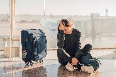 Photo pour Triste (fatiguée) femme assise à l'aéroport - concept de vol manqué ou annulé . - image libre de droit