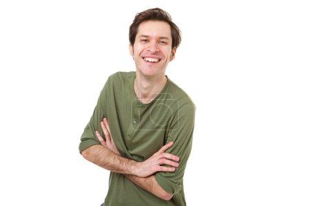 Photo pour Portrait d'un homme décontracté riant et debout les bras croisés - image libre de droit
