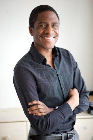 Photo pour Portrait de bel homme d'affaires africain-américain souriant avec bras croisés - image libre de droit