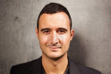 Photo pour Gros plan portrait tête de latin homme dans sa trentaine sur fond gris - image libre de droit