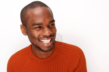 Photo pour Gros plan portrait de heureux jeune homme afro-américain riant sur fond blanc - image libre de droit