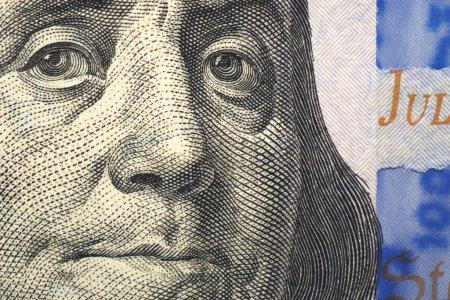 Photo pour Le visage de Franklin en gros plan sur un fragment d'une facture de $100 - image libre de droit