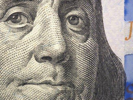 Photo pour Le visage de Franklin en gros plan sur un fragment de billet de cent dollars - image libre de droit