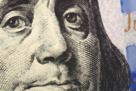 Photo pour Le visage de Franklin en gros plan sur un fragment de facture de cent dollars. Fond brouillé - image libre de droit