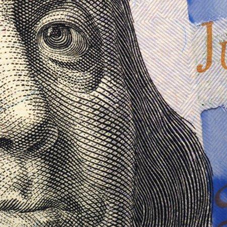Photo pour Le visage de Franklin en gros plan sur un fragment de billet de cent dollars. - image libre de droit