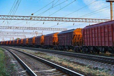 infraestructura ferroviaria durante el hermoso atardecer y el cielo colorido, vagón para carga seca, transporte y concepto industrial