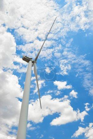 Photo pour L'éolienne est dans un ciel nuageux. Concept d'écoénergie . - image libre de droit