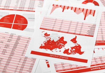 Foto de Rojo informes, gráficos de cálculo financiero en la oficina. Concepto de contabilidad financiera de negocios - Imagen libre de derechos