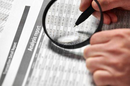 Photo pour Homme d'affaires travaillant et calcul des finances. Concept comptabilité financière d'entreprise. Gros plan mains. À l'aide de la loupe. - image libre de droit