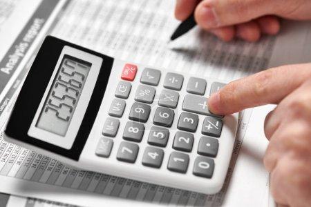 Photo pour Homme d'affaires travaillant et calcul des finances. Concept comptabilité financière d'entreprise. Gros plan mains. - image libre de droit