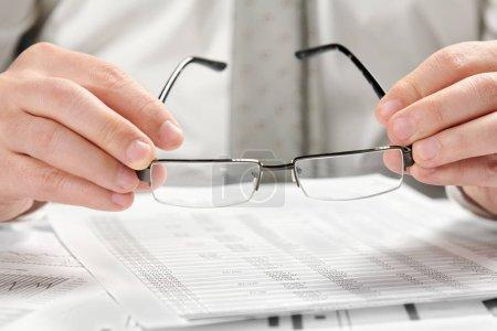 Photo pour Homme d'affaires travaillant dans un bureau. Closeup mains et documents. - image libre de droit