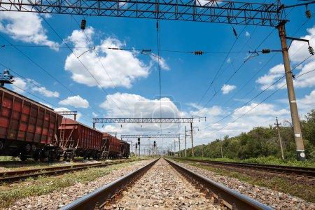Photo pour Chemin de fer industriel - wagons, rails et infrastructures, alimentation électrique, Transport de fret et concept d'expédition . - image libre de droit
