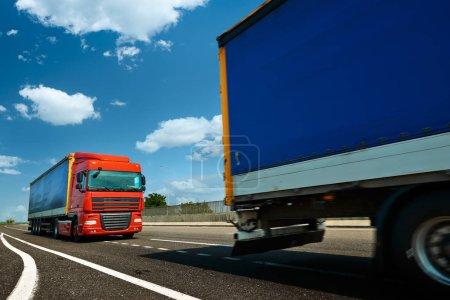 Foto de Camión rojo está en carretera - negocios, comercial, concepto de transporte de carga - Imagen libre de derechos
