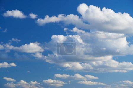 Photo pour Ciel bleu brillant avec des nuages doux, journée ensoleillée - image libre de droit
