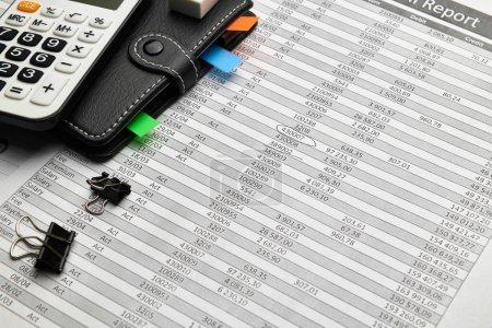 Photo pour Vue de dessus du bureau des employés de bureau - travail avec rapports financiers, analyse et comptabilité, tableaux et graphiques, divers éléments de bureau pour la tenue de livres - image libre de droit