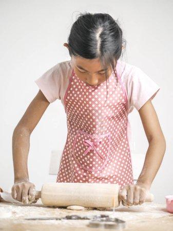 Photo pour Asiat, rouler la pâte pour la fabrication de pain ou pizza, concept lifestyle. - image libre de droit