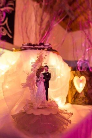 Photo pour Décoration de gâteau de mariage de mariée et de marié avec la lumière de bougie - image libre de droit