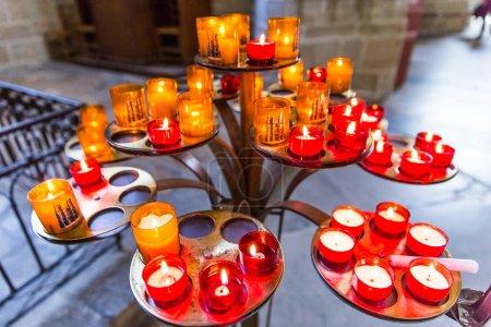 Photo pour Prières rouges, blanches et oranges Bougies allumées dans la cathédrale de Nantes Saint-Pierre et Saint-Paul - image libre de droit
