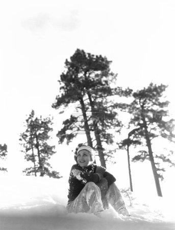 Photo pour Femme assise dans la neige - image libre de droit