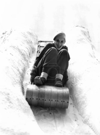 Photo pour Femme amusez-vous en hiver - image libre de droit