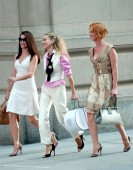 Kristin Davis, Sarah Jessica Parker, Cynthia Nixon on location for CANDIDS - Filming of SEX AND THE CITY: THE MOVIE, Manhattan, New York, NY, October 02, 2007. Photo by: Kristin Callahan/Everett Collection