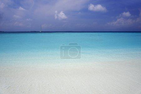 Photo pour Les îles tropicales et les atolls. Tir de drone. Pures eaux turquoises de l'océan. Blancs lagons coralliens de sable et bleus - image libre de droit
