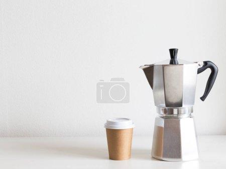 Photo pour Une grande cafetière en argent et sortez cupson de la table. Espace de copie - image libre de droit