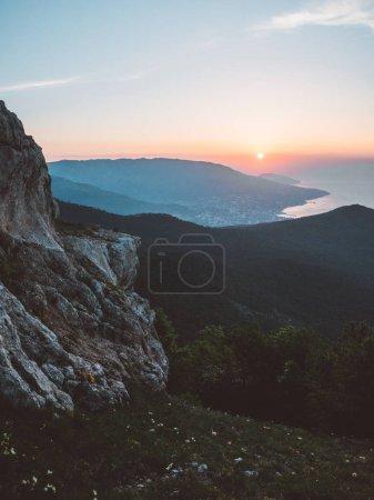 Photo pour Arbres dans les montagnes d'été lever coucher du soleil - image libre de droit