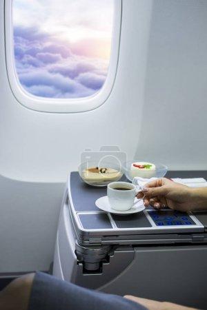 Photo pour Coupe de café frais sur la table à l'intérieur de l'avion - image libre de droit