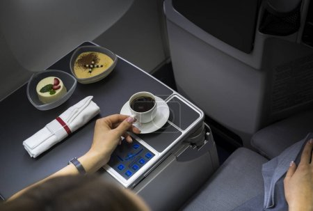 Foto de Copa de café fresco en la mesa en el interior del avión - Imagen libre de derechos