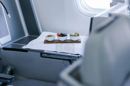 Photo pour Nourriture dans l'avion, voyage en classe affaires - image libre de droit