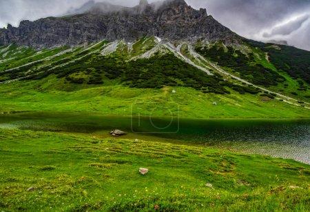 Photo pour Paysage alpin avec pré vert - image libre de droit