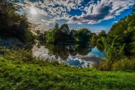 Photo pour Beau paysage avec rivière et forêt - image libre de droit