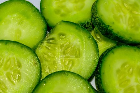 Photo pour Concombre et fond en tranches. - image libre de droit