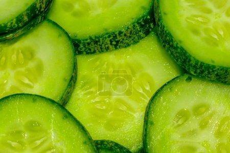 Photo pour Concombre et des tranches isolés sur fond blanc. - image libre de droit