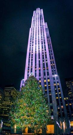 Photo pour Le gratte-ciel emblématique GE qui domine le célèbre sapin de Noël du Rockefeller Center à Manhattan . - image libre de droit