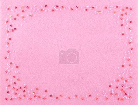 Photo pour Belles perles ensemble sur un doux fond rose moelleux décoré de paillettes rouges étincelantes . - image libre de droit