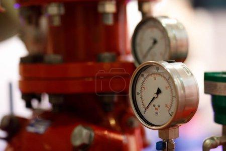 Photo pour Manomètres et pompe pour système d'extinction d'incendie. Concentration sélective . - image libre de droit