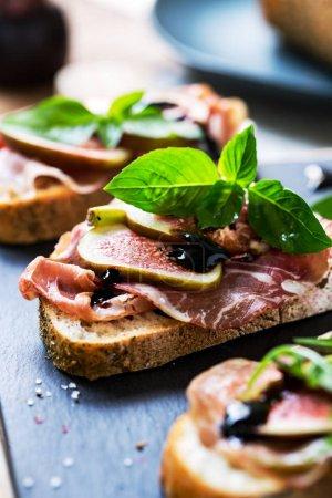 Prosciutto, Coppa, Pepperoni und Feige auf Sauerteigbrot