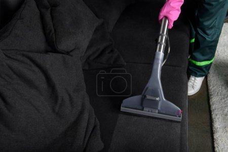 Photo pour Recadrée tir de meubles nettoyage personne avec aspirateur, concept de nettoyage de meubles rembourrés - image libre de droit