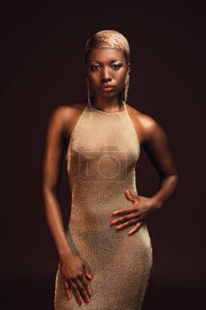 Photo pour Femme américaine africaine glamour élégante avec les cheveux courts d'isolement sur le brun - image libre de droit