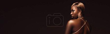 Photo pour Femme américaine africaine à la mode glamour avec les cheveux courts isolés sur le brun - image libre de droit