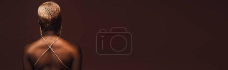 Photo pour Vue arrière de la femme américaine africaine à la mode avec le cheveu court d'isolement sur le brun - image libre de droit