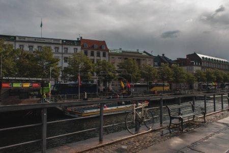COPENHAGUE, DANEMARK - 30 AVRIL 2020 : Rue urbaine avec canal, bâtiments et ciel nuageux en arrière-plan